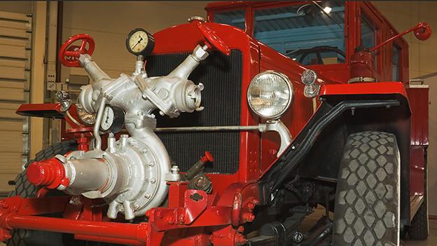 Ein altes rotes Feuerwehrauto.