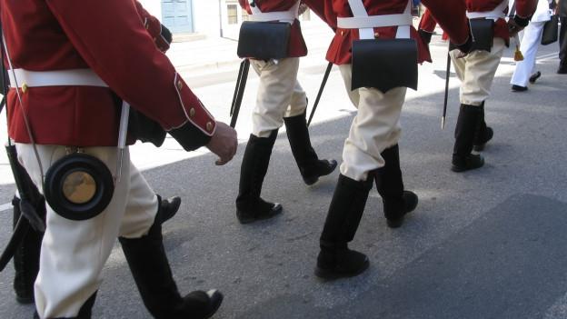 Beine von Soldaten während Parade.