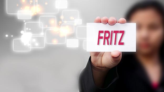 Konturen einer Frau, die eine Visitenkarte mit dem Namen Fritz nach vorne hält.