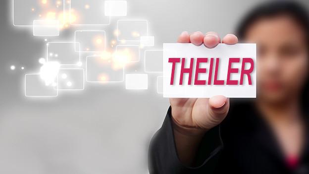 Konturen einer Frau, die eine Visitenkarte mit dem Namen Theiler zeigt.