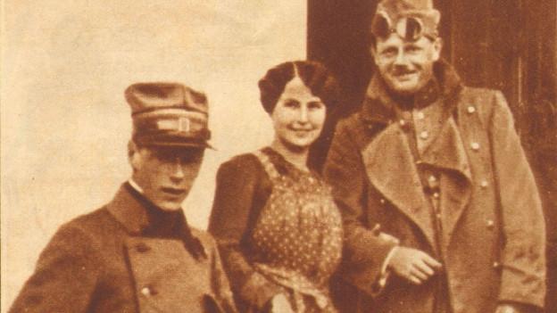 Gilberte mit zwei Soldaten.