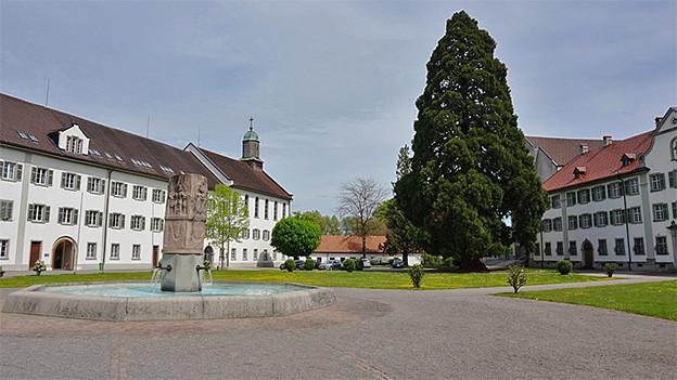 Blick auf den Klosterhof mit Brunnen.