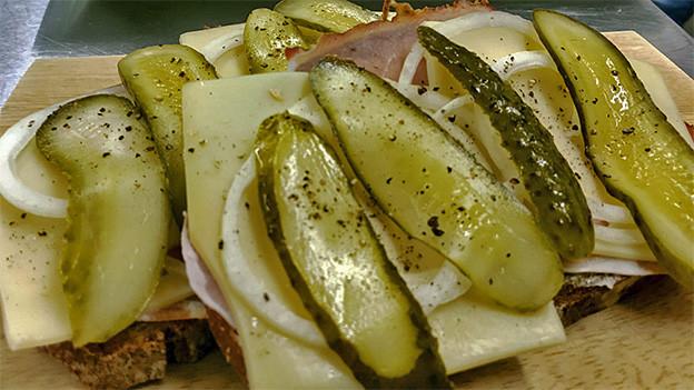 Sandwiches mit Käse, Fleisch und Essiggurken.