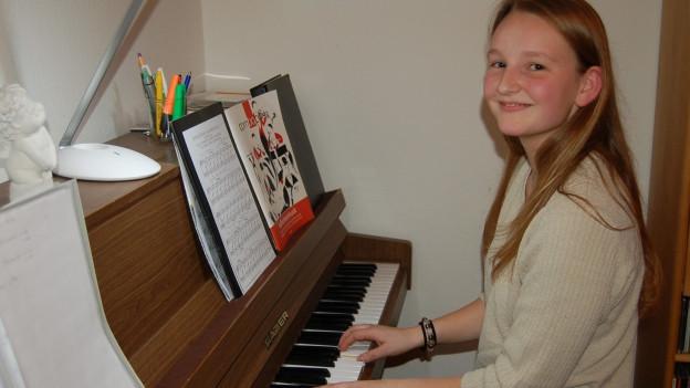 Arlette am Klavier