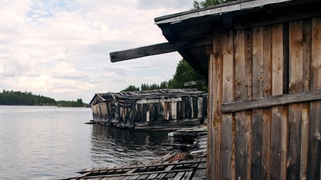 Scheune am See gelegen.