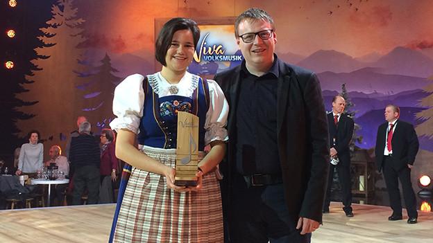 Die Solojodlerin präsentiert nach der Sendung stolz ihre Auszeichnung.