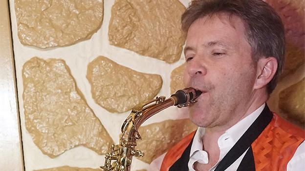 Ein Saxofonist in Aktion.