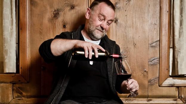 Mann beim Weindegustieren.