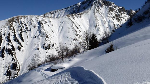Blick auf verschneite Berglandschaft.