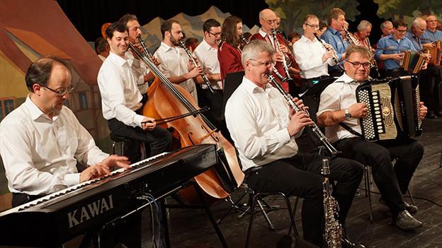 Musikanten verschiedener Formationen gemeinsam auf der Bühne.