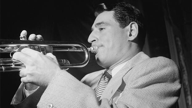 Schwarz-Weiss-Fotografie mit dem Musiker, der Trompete spielt.