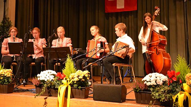 Fünf junge Musikantinnen und ein junger Musikant beim gemeinsamen Musizieren.