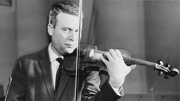Schwarz-Weiss-Fotografie mit einem Mann, der Geige spielt.
