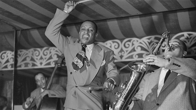 Schwarz-Weiss-Fotografie mit zwei temperamentvoll spielenden Musikern.