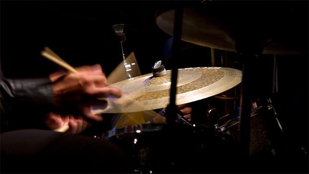 Bild eines Schlagzeugers am Schlagzeug mit Bewegungsunschärfe.