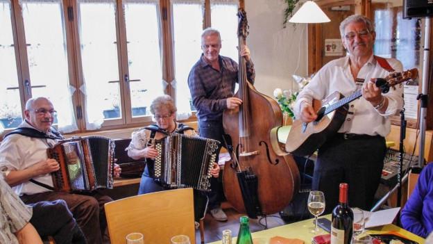 Musiker mit Schwyzerörgeli, Gitarre und Bass.