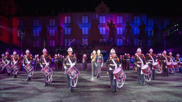 Farbenfroher Auftritt eines Drum Corps.