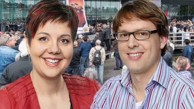Bildcollage mit Porträts von Moderatorin und Moderator vor hellblauem Hintergrund.