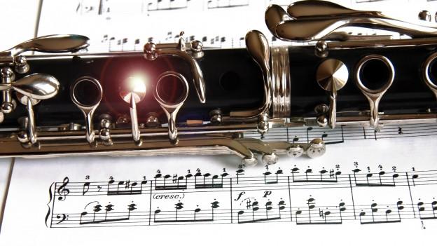 Klarinette auf Notenpapier