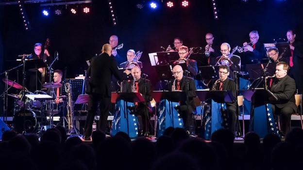 Die Black Jacket Swing Big Band bei einem Konzert.
