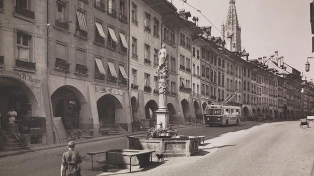 Historische Fotografie einer Altstadtgasse.