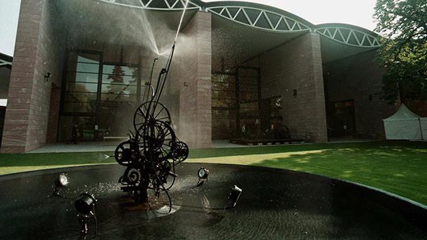 Ein aussergewöhnlicher Brunnen mit Wasserdüsen in einem Park.