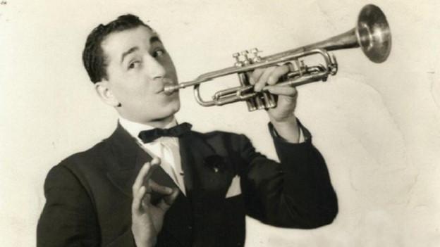 Mann im Smoking mit Trompete.