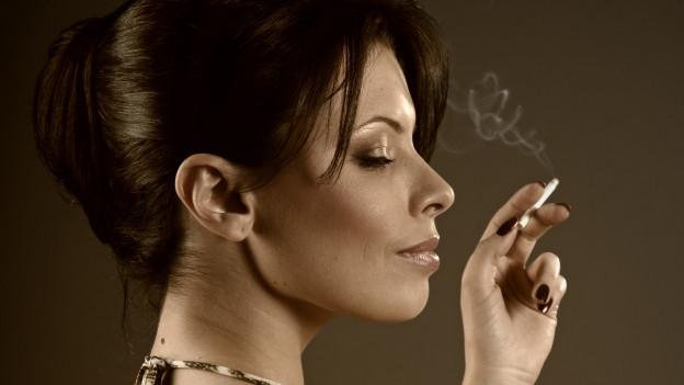 Rauchende junge Dame