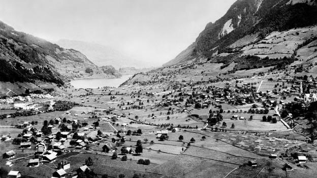 Schwarz-Weiss-Fotografie von Landschaft und See.