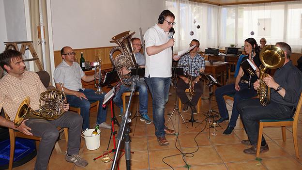 Blasmusikantinnen und Blasmusikanten in einer Gaststube.