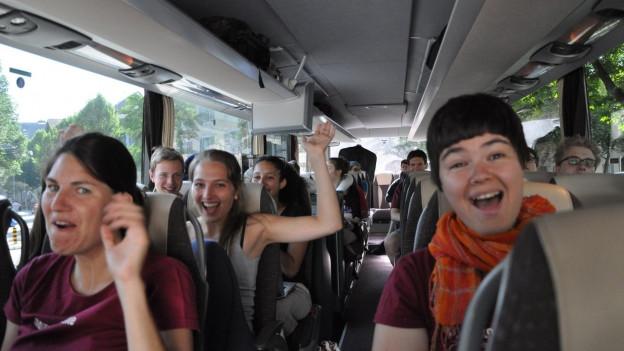 Sängerinnen und Sänger im Bus