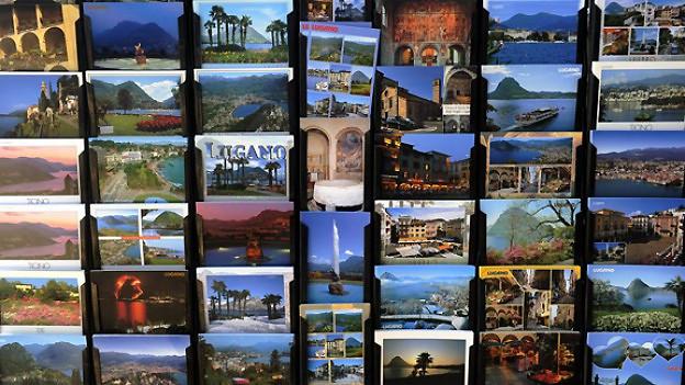 Ein Gestell mit vielen verschiedenen Postkarten.