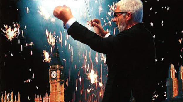 Dirigent bei der Arbeit. Hintergrund: die Stadt Zürich mit Feuerwerk.