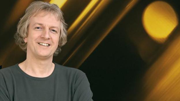 Bildcollage mit einem Porträt des Dirigenten vor einem gelb-braunen Hintergrund.