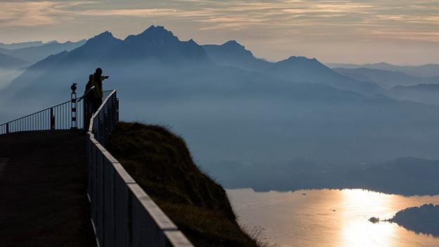 Panoramafoto mit See und Bergen.