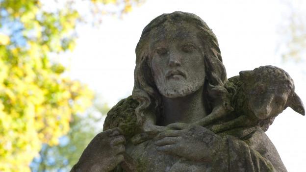 Jesus trägt Schaf auf seiner Schulter.