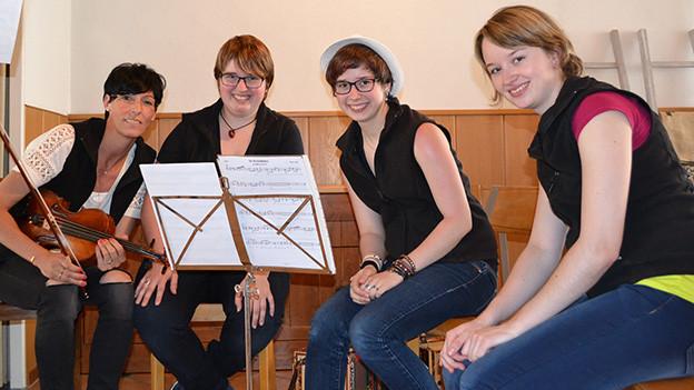 Gruppenbild mit vier jungen Frauen.