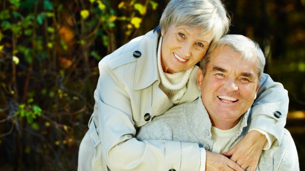 Senioren Pärchen umarmt sich.