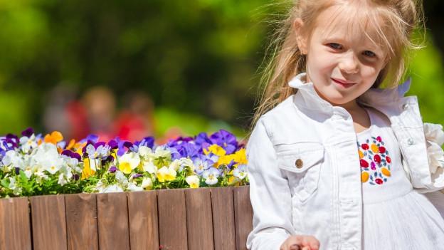 Mädchen mit Blumen.