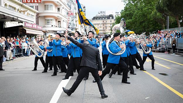 Eine Blasmusikformation während einer Parade.