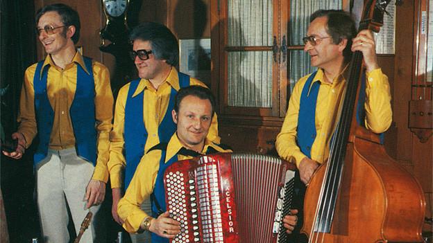 Eine Ländlerkapelle mit vier Musikanten.