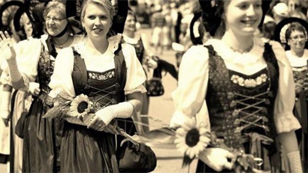 Eine Gruppe von Trachtenfrauen an einem Umzug.