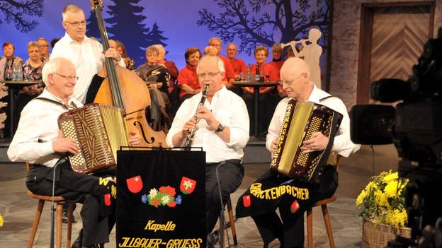 Eine vierköpfige Volksmusikformation bei einem Fernsehauftritt.