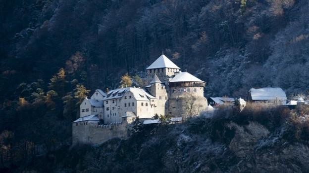 Schloss Vaduz am Berg über dem Städtle gebaut.