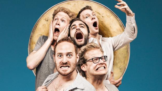 Fünf Jungs ziehen Grimassen - im Hintergrund die Vorderseite einer Trompete.