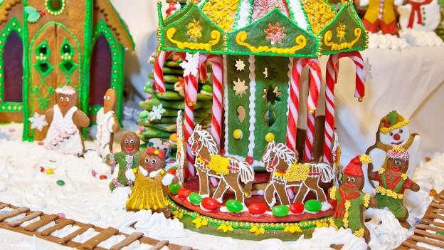 Ein Miniaturkarussell mit weihnachtlichen Motiven.