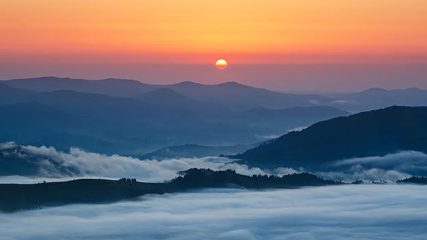 Sonnenaufgang über einem Nebelmeer.
