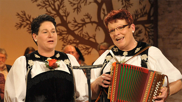 Zwei Jodlerinnen in Berner Tracht.