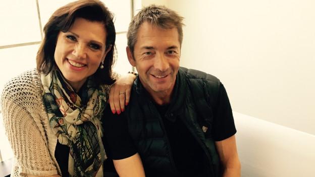 Gilbert mit Maja Brunner sitzend.