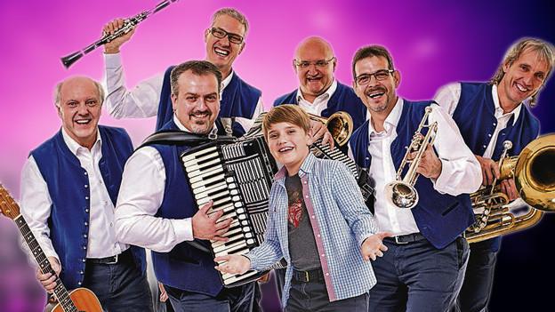 Musiker mit kleinem Jungen in der Mitte.